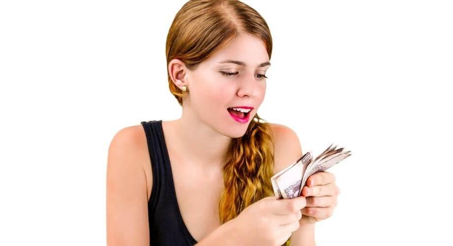 Ung glad kvinna räknar pengar